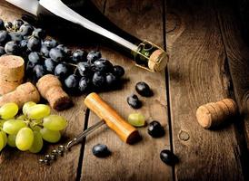 uva e vinho na mesa foto