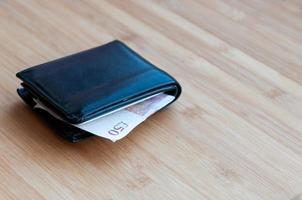carteira com nota de libra esterlina. foto