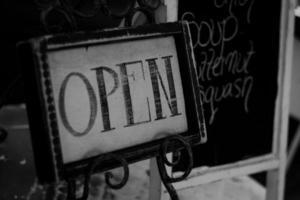 aberto para negócios monocromático / giz foto