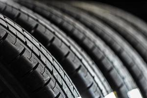 pilha de pneus novos foto
