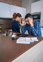 casal jovem desesperado com dívidas revisando suas contas