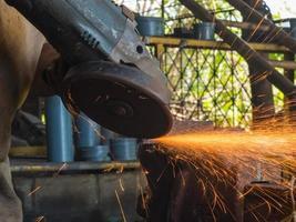 máquina de moer mão girando com linha de fogo foto
