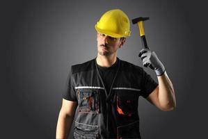 trabalhador com capacete amarelo foto