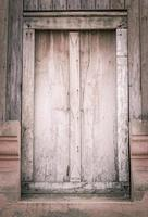 janela de madeira velha foto