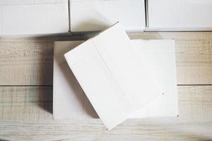 pacote em cima da mesa foto