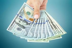 mão segurando o dinheiro - notas de dólar (usd) dos estados unidos foto