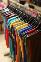 rack de camisas coloridas penduradas à venda em uma feira