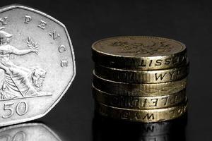 Foto de estúdio de moedas do Reino Unido em fundo preto