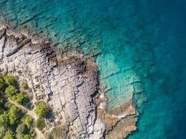 Vista aérea do snorkeler solo nas águas verdes costeiras turquesas foto