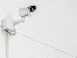 câmera de segurança, cctv na parede de cimento branco foto