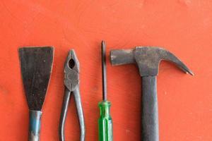 ferramentas para engenheiro em fundo laranja foto