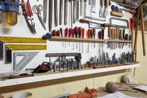 prateleira com ferramentas manuais