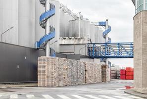 enormes recipientes industriais com cerveja foto