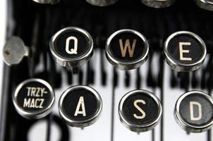 velha máquina de escrever empoeirada, vista de perto foto