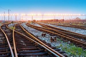 plataforma de trem de carga ao pôr do sol com recipiente foto