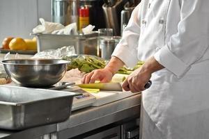 chef em uma cozinha de restaurante foto