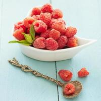deliciosas frutas frescas sobre fundo azul de madeira foto