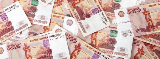 close-up de notas russas. cinco mil notas de rublo foto
