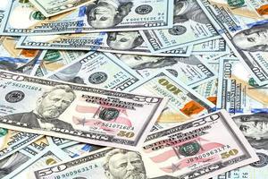 fotos em close-up de notas de cinquenta dólares