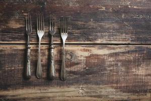 quatro garfos em uma mesa de madeira foto