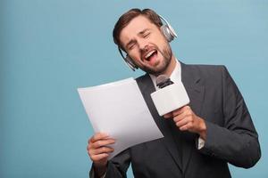 repórter atraente masculino está tirando sarro no estúdio foto