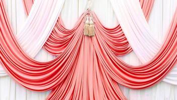 cortina vermelha e branca no palco foto
