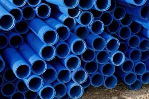 pilha de tubos de plástico foto