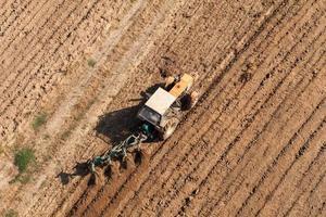 Vista aérea dos campos de colheita com trator foto
