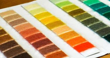 tabela de amostras de fios de algodão organizada por cor