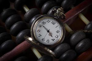 relógio de bolso com ábaco velho, cor vintage foto