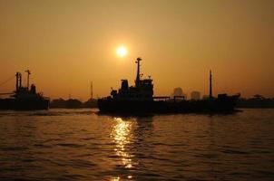 porto de carga em silhueta, transporte foto