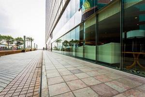 edifício comercial moderno com estrada vazia