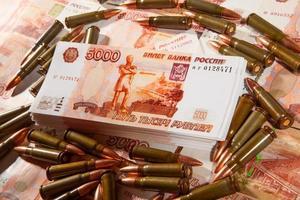 munições e rublos russos foto