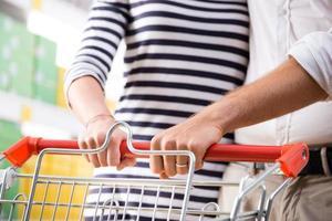 casal no supermercado mãos close-up foto
