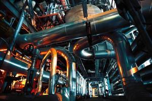 equipamentos, cabos e tubulações