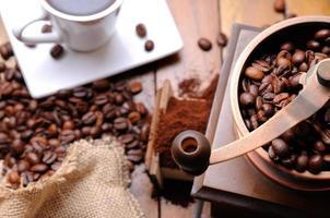 moedor de café com vista superior de feijão foto