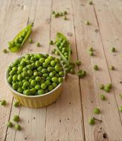 vagens de ervilhas verdes frescas ecológicas. foto