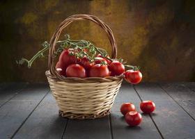 cesta de tomate na madeira foto
