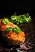 salmão marinado com sementes de manjericão e gergelim