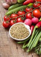 lentilhas e vegetais verdes foto