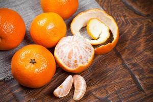 tangerinas na mesa de madeira foto