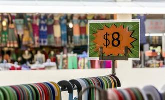 preço de venda em uma prateleira de roupas
