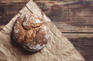 pão redondo de cima em uma mesa de madeira foto