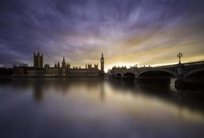 pôr do sol sobre a ponte de westminster, londres foto