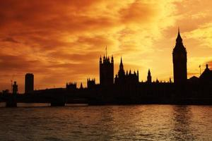 westminster e as casas do parlamento ao pôr do sol foto