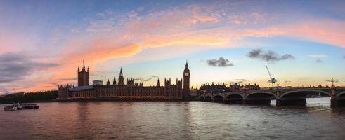 panorama do sol vermelho no big ben, londres foto