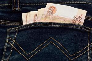 dinheiro russo no bolso da calça jeans foto
