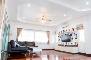 quarto moderno com tv e bandeiras foto