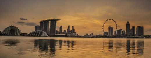 pôr do sol silhueta em Singapura foto