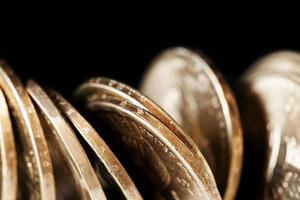 moedas sobre preto foto